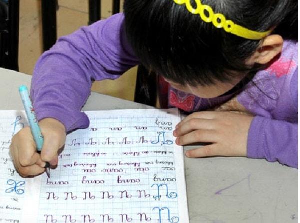 Luyện chữ đẹp là môn học bắt buộc ở trường tiểu học